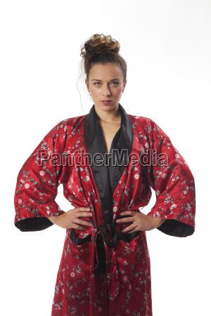 schlanke frau in einen kimono auf