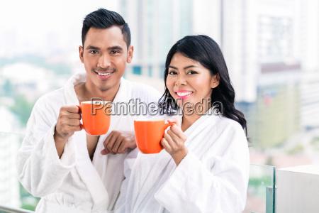asiatisches paar am morgen vor der