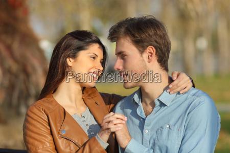 paar umarmt und dating in einem