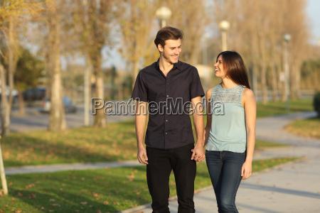coppia fare una passeggiata in un