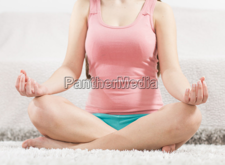 yoga frau meditiert entspannenden gesunden lebensstil