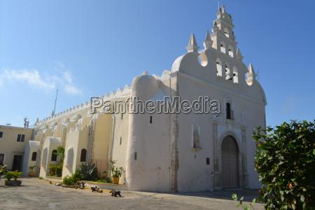 kolonialweiss gewaschene kirche merida yucatan mexiko