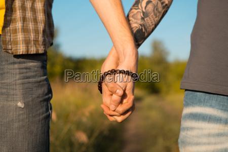 bild von zwei maennern holding haende