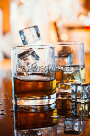 whisky glas mit eis und warmes