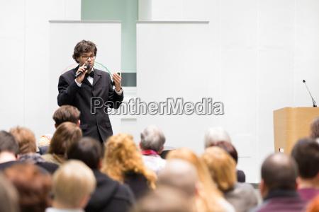 sprecher im gespraech bei business conference
