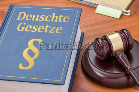 gesetzbuch mit richterhammer deutsche gesetze