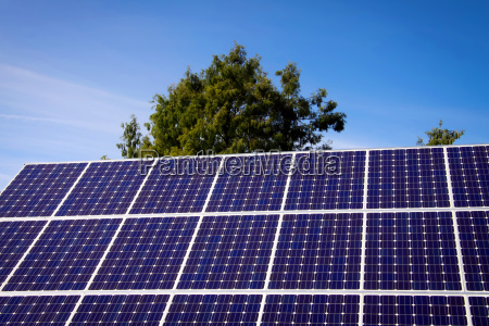 solar panel und blauer himmel