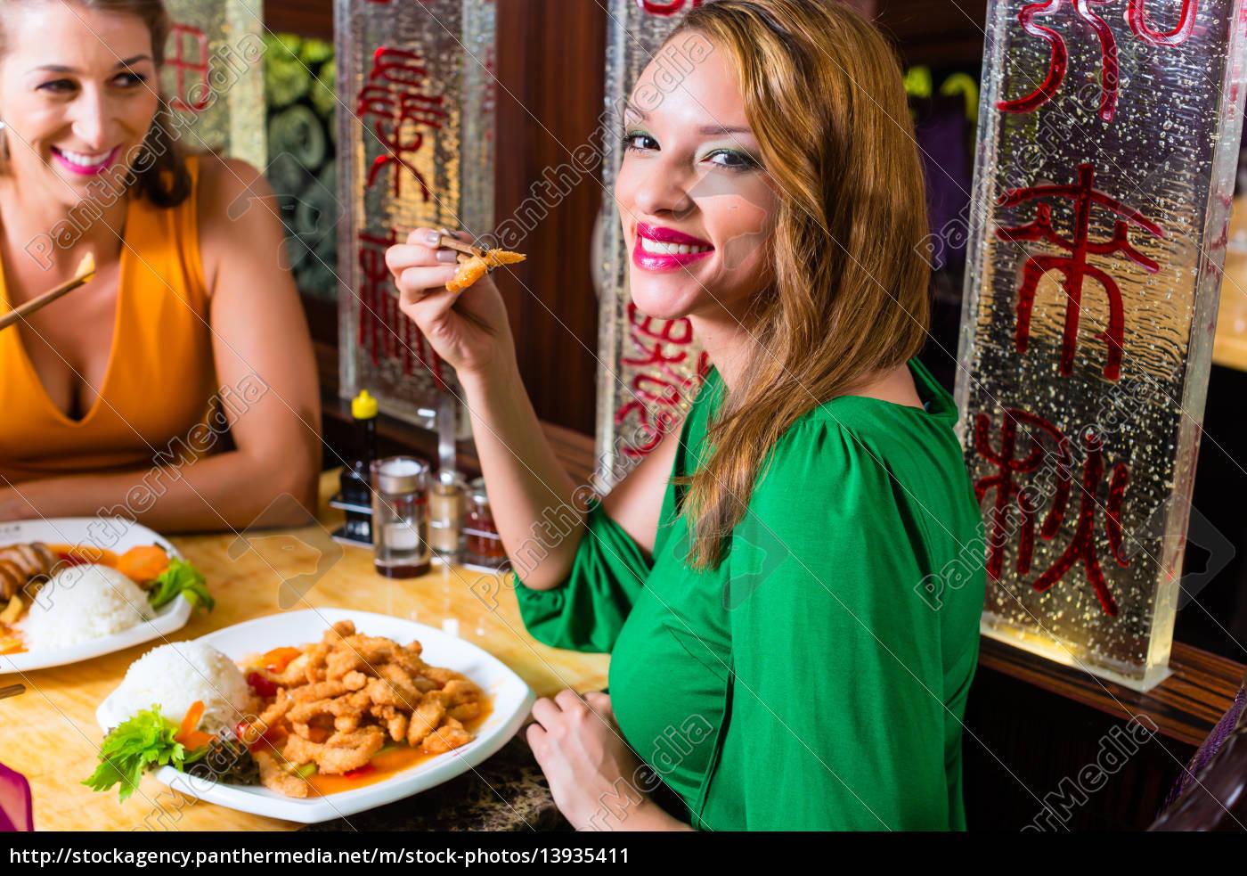 junge, leute, essen, im, china, restaurant - 13935411