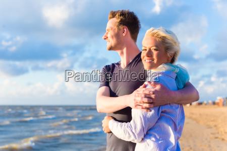 paar, bei, romantischen, sonnenuntergang, am, strand - 13935363