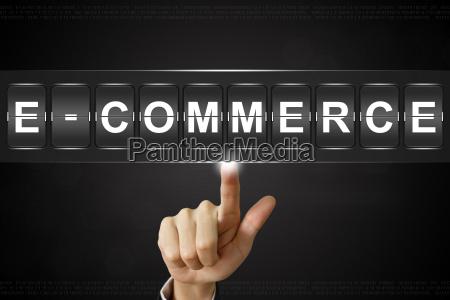 business hand klicken e commerce auf