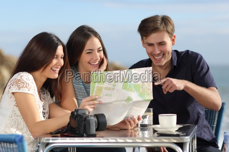 gruppe von jungen touristen freunden eine