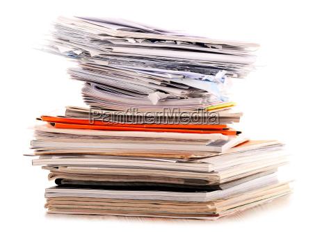 stapel von recycling papier isoliert auf