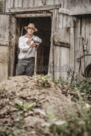 farmer shoveling die pferdemist