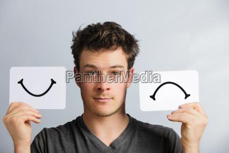 portraet einer person halten glueckliche und