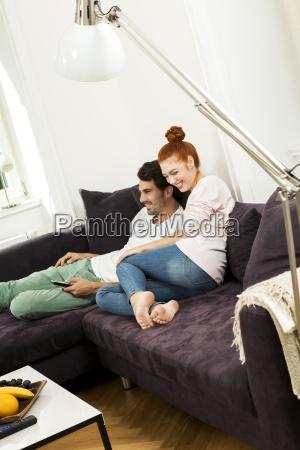 glueckliches junges paar sitz zu hause