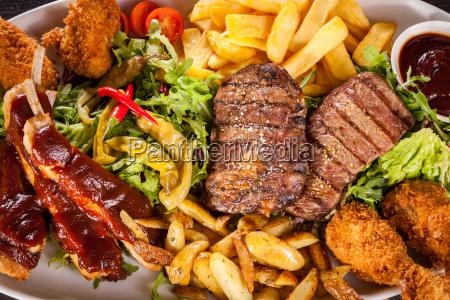 riesige barbecueplatte mit gemischtem fleisch und