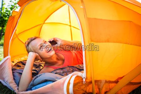 huebsche junge frau camping im freien