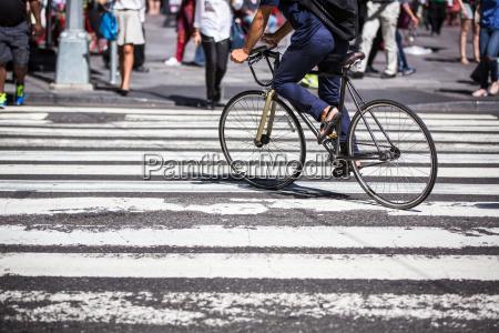 mann auf einem fahrrad auf einer