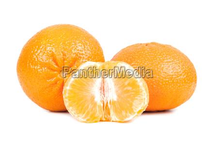 frische mandarinen auf weissem hintergrund
