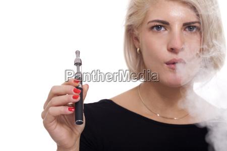 junge frau raucht eine e zigarette