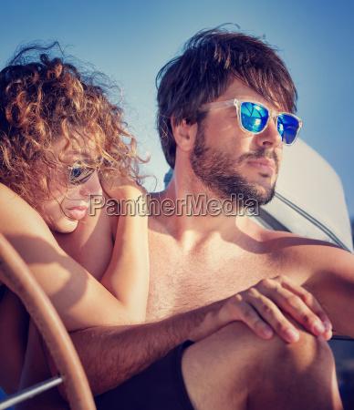 junge paare auf segelboot