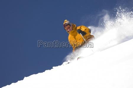 man skifahren frischpulver in utah