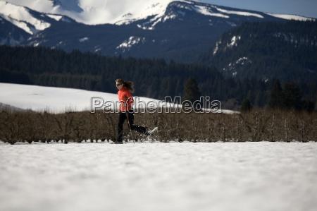 junge frau laeuft durch den schnee