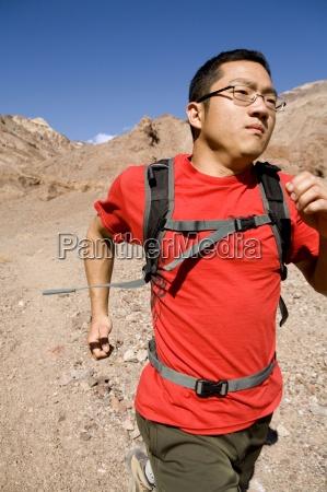 ein junger mann mit einer rucksackspur
