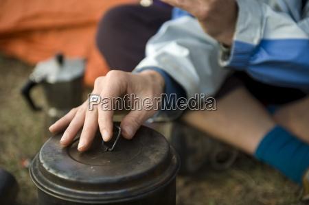 detail der hand einer jungen frau