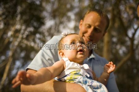 ein baby schaut oben mit dem