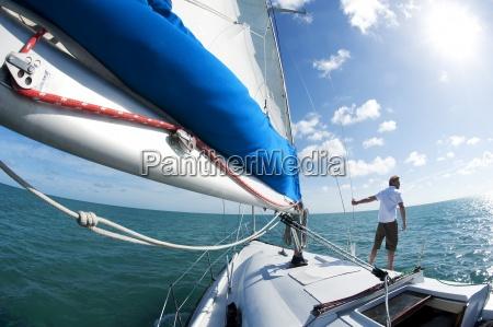ein mann steht auf einem boot