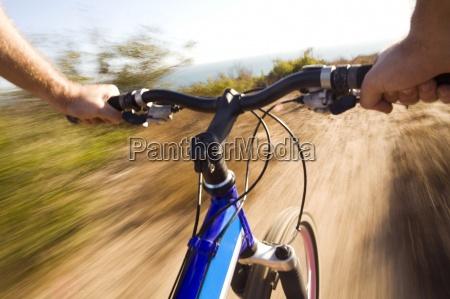 blick auf die lenker eines mountainbikers