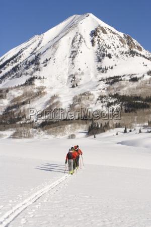 vier skifahrer tourenski in colorado