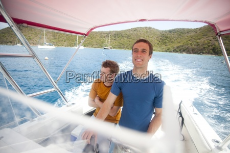 zwei maenner fahren ein motorboot von