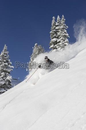 maennliche skifahrer skifahren pulver in washington