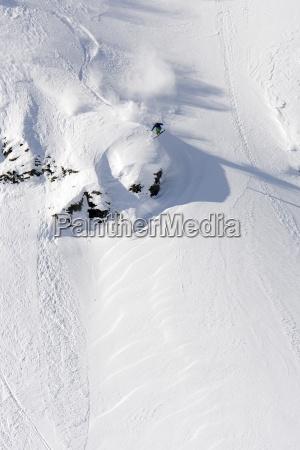 ein maennlicher skifahrer spinnt ein 360