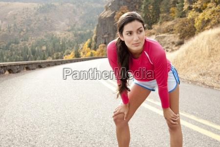 eine sportliche weibliche erstreckt sich entlang