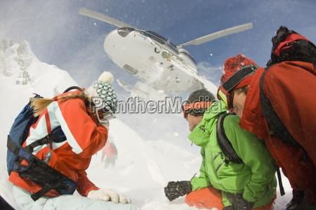 eine gruppe von skifahrern zusehen wie