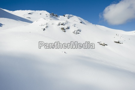 eine gruppe von skifahrern nimmt eine