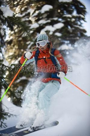 eine frau hinterland skifahrer faengt luft