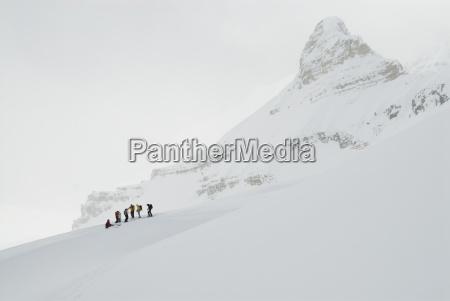 eine gruppe von touren skifahrer eine