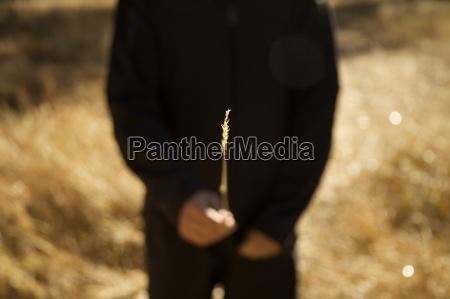 mann in schwarz haelt einen duennen