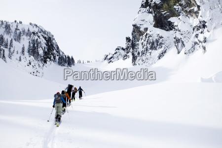 eine gruppe von skifahrern im hinterland