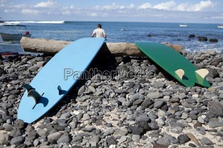 maenner mann sport entspannung stein strand