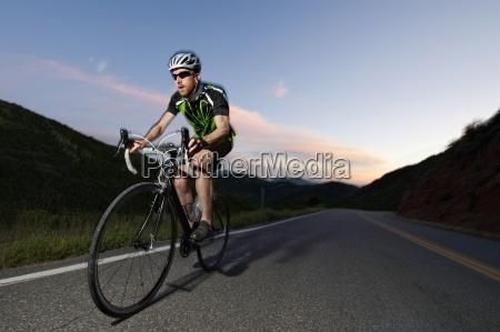 ein strassenradfahrer reitet east canyon bei