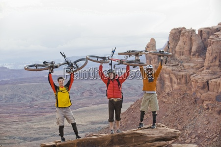drei, junge, männer, halten, ihre, fahrräder - 13975941
