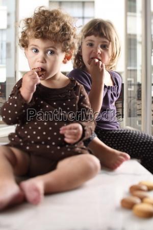 schwestern essen kekse