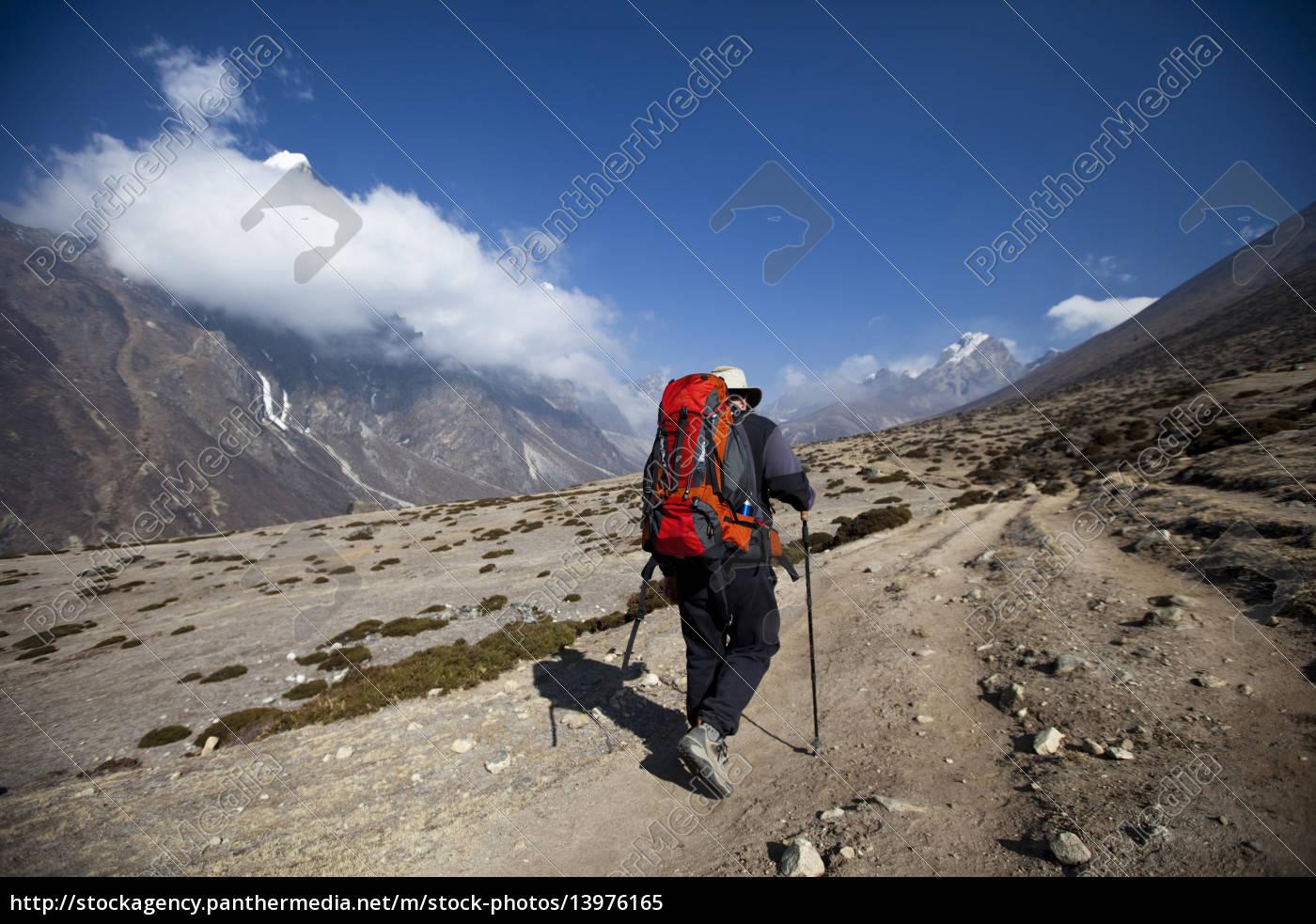 ein, trekker, wanderungen, zu, den, bergen - 13976165