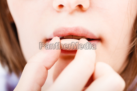 maedchen nimmt tablette