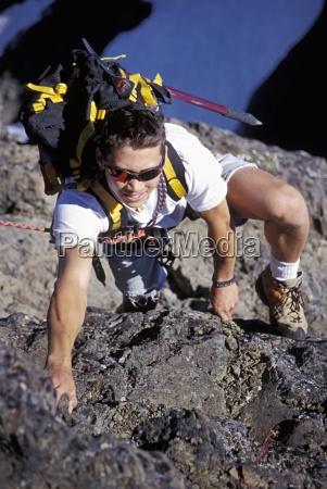 bergsteiger mit rucksack kletter ueber gletscher